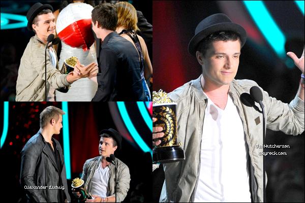 . Hier soir, dimanche 03 juin, ont eu lieu les MTV Movie Awards 2012. Josh, ainsi que beaucoup d'autre stars, telles que Kristen Stewart, Elizabeth Banks, étaient présents. Comme vous pouvez le voir sur les photos, Josh a remporté un prix à lui seul, ainsi qu'un avec Jennifer Lawrence et Alexander Ludwig. Côté tenue, j'adore, c'est un top ! Ce chapeau lui va tellement bien ! Josh avait l'air en forme et de bonne humeur, toujours avec le sourire ! ♥.