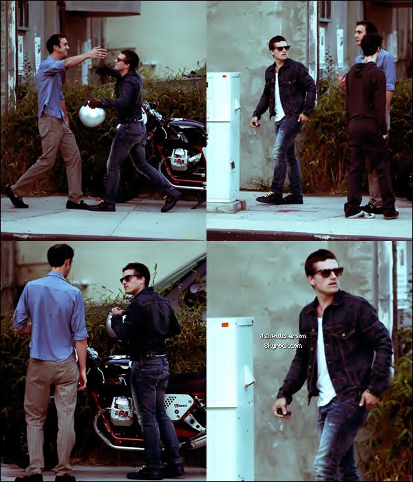 . Mercredi 6 juin, Josh a été aperçu dans West Hollywood, devant le Hamburger Marry's où il rejoignait quelques amis pour dîner..
