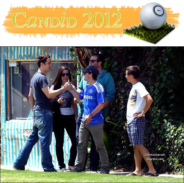 """. Vendredi 15 juin 2012, Mr. Hutcherson a été aperçu en compagnie de son petit frère, Connor ainsi qu'avec plusieurs de ses amis : ils s'étaient donné rendez-vous pour regarder le match de football qui opposait la Suède et l'Angleterre. (Sur le maillot de Josh, on remarque """"LAMPARD"""", qui est un joueur de football anglais.) ."""