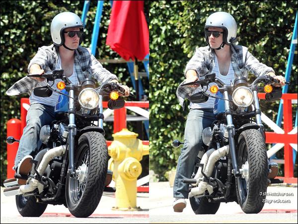 . Hier, mardi 19 juin, Josh a été photographié avec sa moto, lorsqu'il quittait le Ye Old King's Head English Pub & Restaurant à Santa Monica..