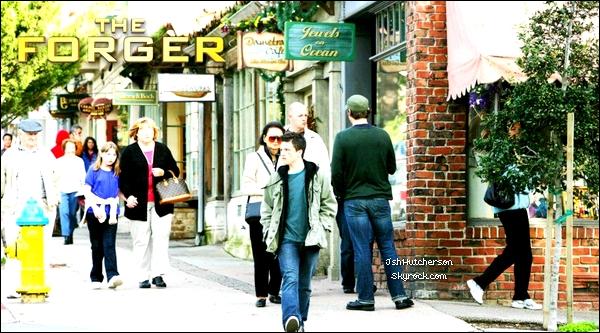 """. Je vous ai ajouter 5 stills provenant du film """"The Forger"""" (qui s'intitulait auparavant """"Carmel-by-the-sea"""") que je viens de trouver. (Ils sont plus ou moins récents.) (+) 2 photos sur le tournage de The Forger (On ne voit pas très bien Josh, mais je l'ai indiqué d'une flèche.) ."""