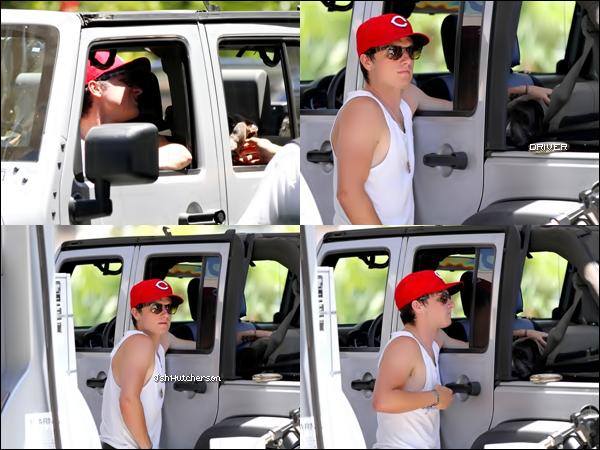 . Dimanche 08 juillet, Josh a été aperçu à une station d'essence à Los Angeles où il faisait le plein pour sa voiture. Mais regardez, Josh a un passager ! Souvenez-vous de cet article. Josh venait d'adopter Driver, un petit pit-bull qu'il avait trouvé dans la rue..