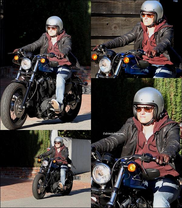 . Mr Hutcherson ne lâche pas sa moto ! Il a été aperçu dessus lundi 16 juillet en roulant dans les rues d'Hollywood..
