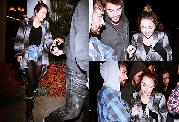 18 Janvier 2012 •  Miley était à Casa Vega avec Liam et ses parents, Billy et Tish. Après le diner Mexicain, Miley est sorti avec une petite mine, perdu, trébuchant, et se tenant à Liam. A votre avis était elle ivre ? Question tenue je n'aime pas trop sa veste. Pour moi c'est un bof.