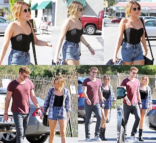 3 Février 2012 • Miley a été vu avec son petit ami Liam Hemsworth en train de se promener à Los Angeles.