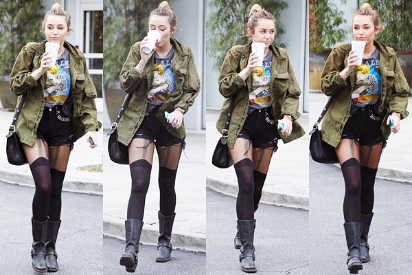 7 Février 2012 • Miley était  allée se chercher un café dans un Starbucks d'Hollywood. Elle était habillée avec une tenue beaucoup plus sexy. Top ou Flop ?