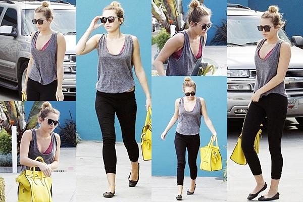 2 Mars 2012 •   Miley et son ami Cheyne dans les rues de Studio City, CA.