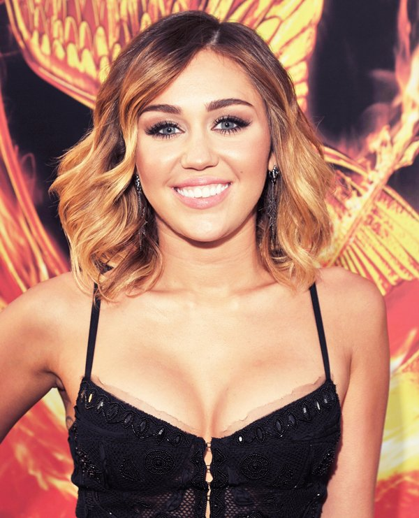 12 Mars 2012 •   Miley à l'avant première  du film « The Hunger Games » avec son petit ami Liam Hemsworth.