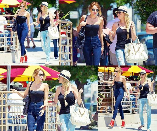 13 Mai 2012 • C'est en ce jour de la fête des mères ( US ) que Miley a passé son après midi avec sa mère Tish. Elles ont été vu quittant le Coffee Bean à Los Angeles. On les a ensuite aperçu allant déjeuner avec sa soeur Brandi à Studio City. Le matin Miley, Liam et la nouvelle venu Mary-Jane sont allés se ballader dans Studio City.
