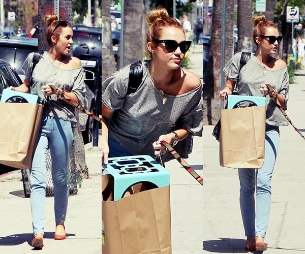 Le 22 Mai 2012 •Miley est allée dans une animalerie avec sa nouvelle chienne Mary-Jane dans Los Angeles.