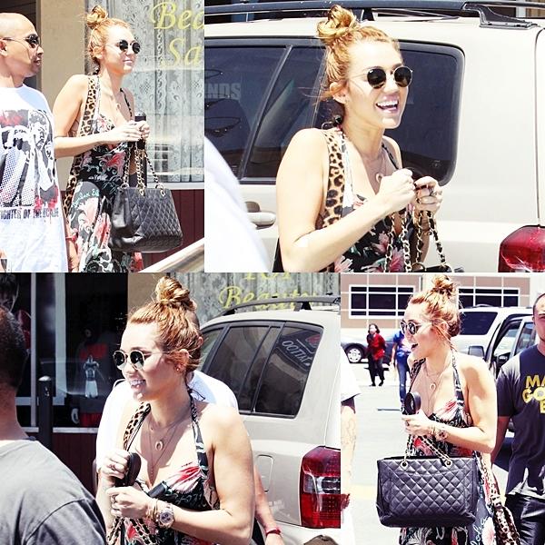 Le 23 Mai 2012 • Miley a été photographiée arrivant chez une amie, puis elle est repartit avec une tirelire. Un peu plus tard, elle s'est rendue avec son frère Trace au Manny Pacquiao Tattoo. Elle sortit avec un pansement à l'intérieur de l'avant bras droit ( à l'emplacement de son dernier tatouage en chiffres romains ).