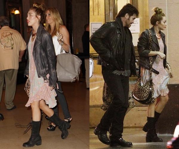 Le 24 Mai 2012 • Miley, sa mère et Happy sont allées faire quelques courses pour acheter de nouveaux jouets pour ses chiens dans Studio City et sont allées mangés. Le soir elle est allée voir en famille la comédie musicale de Broadway « Chicago » qui se produisait à Los Angeles.
