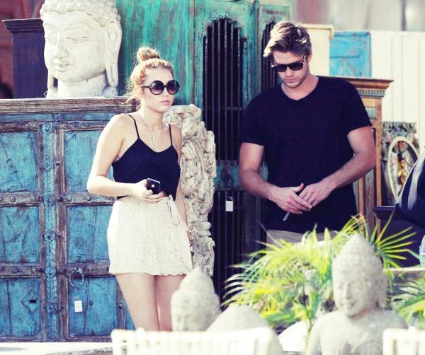 Le 28 Mai 2012 •  Miley fait du shopping avec sa mère, Tish et Liam à Los Angeles. J'adore son short !