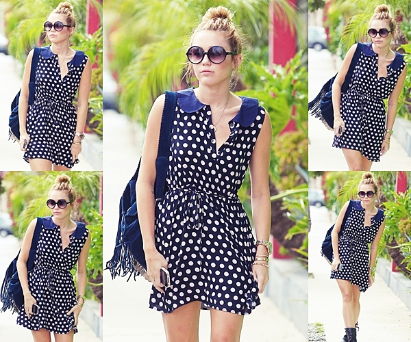 Le 4 Juin 2012 • Miley Cyrus  a été aperçu faisant des achats  dans une robe à pois de polka  bleu marine dans Hollywood en Californie.