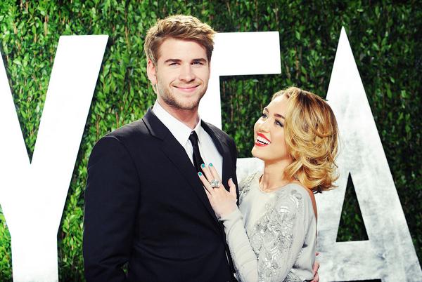 """Miley et Liam fiancés ! •C'est en ce jour du 6 Juin que l'on a la confirmation des fiancailles du jeune couple Miam. Ils se sont rencontrés en 2009 suite au tournage du film : Last Song où ils y interprètent les deux personnages prinicipaux. Liam était à ce moment là en couple avec une australienne. Liam s'est séparé pour vivre aux cotés de la belle Miley. Quant à Miley, elle s'est séparée de Nick Jonas pour les bras de Liam. Ils se sont tout de meme séparé en 2010 pour cause d'éloignement. Ils se sont retrouvés après quelques mois. Le couple reste plus solide, ils semblent forger par leur première rupture. Après 3 ans d'amour, Miley agée de 19 ans et Liam de 22ans se sont fiancés ! Ce sont leurs représentants officiels qui ont annoncé la nouvelle en exclusivité au magazine People.  Liam a fait sa demande le 31 mai dernier avec une bague en diamant de 3.5 carat du célèbre bijoutier Neil Lane. Habitué aux demandes des stars, Neil Lane avait confectionné la bague de fiançailles de Britney Spears en décembre dernier.  Miley a montré grâce à ses tweets sont épanouissement !  « Je suis très heureuse d'être fiancée et j'ai hâte de vivre une vie pleine de bonheur aux côtés de Liam.«  """" Je t'aime aujourd'hui plus qu'hier, mais bien moins que demain…"""" """" La vie est belle""""  Tout de même le jeune couple devra attendre la majorité de Miley c'est à dire 21 ans aux Etats Unis pour pouvoir se marier. Le papa de la future mariée, Billy Ray Cyrus n'a pas encore exprimé sa joie mais du côté de la famille Hemsworth, c'est l'avalanche de bonnes nouvelles, ces derniers temps. Le grand frère de Liam, Chris est mariée à la comédienne Elsa Pataky qui a donné naissance à une petite India Rose, le mois dernier."""