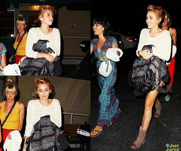 Le 7 Juin 2012 •  Miley a été vu prenant l'avion à LAX pour rejoindre son fiancé, en tournage pour son film « Empire State ». Elle a atterrit à la Nouvelle-Orléans.