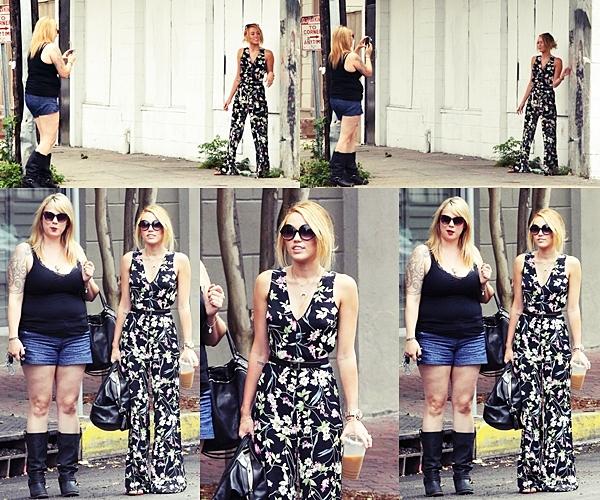 Le 8 Juin 2012 •  Miley profite de son temps en Nouvelle-Orléans. Elle a été vu avec une amie, se promenant toute la journée dans la ville faisant du shopping chez Trashy Diva et faisant des photos.