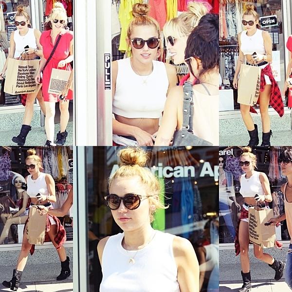 Le 20 Juin 2012 • Miley a été aperçu avec une amie en train de se balader dans Toluca Lake. Puis elle est allée manger dans un petit restaurant, en compagnie de son père Billy Ray. Miley a finit son après midi à faire du shopping notamment dans le magasin American Apparel à Los Angeles.