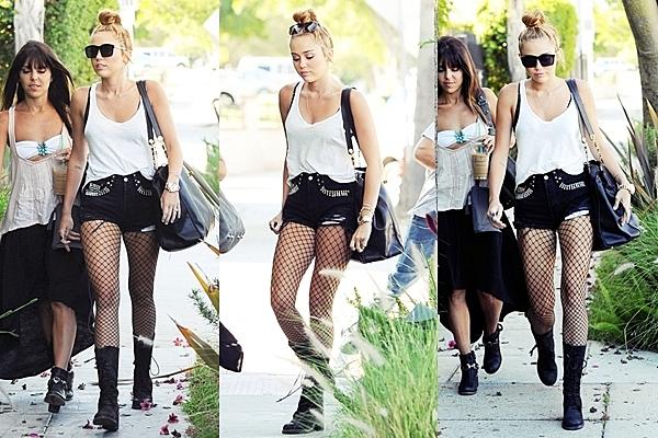 Le 28 Juin 2012 • Miley est  allée s'acheter un petit déjeuner chez In & Out Burger puis elle s'est rendu au studio d'enregistrement avec son assistante Jen. Nous pouvons voir que Miley a aussi des problèmes d'acné.
