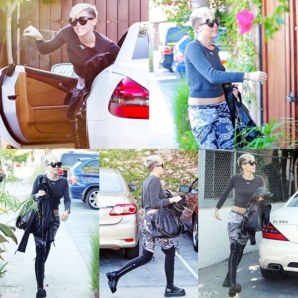 Le 26 Octobre 2012 • Miley arrivant au studio d'enregistrement à Burbank. Apparemment Miley devrait retourner à  Philadelphie pour enregistrer des nouvelles chansons..