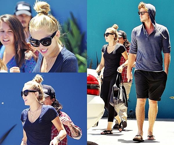 Le 16 Juillet 2012 •  Miley devant son cours de pilates à West Hollywood, CA .