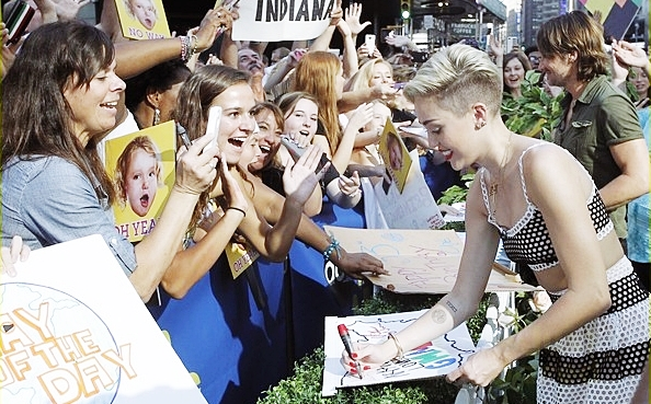 Le 17 juillet 2013  Miley arrivant à l'aéroport de Heathrow en Angleterre afin de faire la promotion de son single.