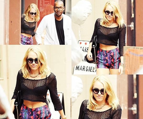 Le 27 Juillet 2012 • Miley Cyrus est un ami ont été vu se baladant dans les rues Philadelphie.