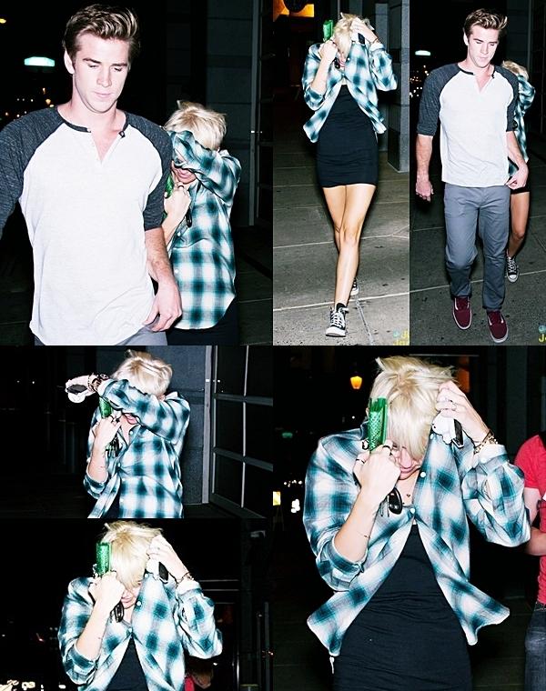 13  Août  2012 •  Miley était de sortie hier avec son fiancé Liam.  Première sortie avec sa nouvelle coupe. Elle faisait tout son possible pour se cacher derrière Liam. J'ai aussi ajouté quatre photos personnelles de Miley avec sa nouvelle coupe, que je trouve hideuse pour ma part...