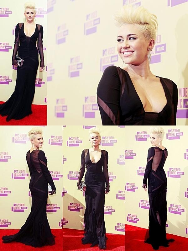 Le 6 Septembre 2012 : •  Miley Cyrus est arrivée à la cérémonie des MTV Video Music Awards, vêtue  robe noire singée Emilio Pucci. Elle a été interviewé sur le tapis rouge et a confirmé que son nouveau single sortira cette année. Lors de la cérémonie, Miley a  présenté la performance de Pink. Je pense que Miley aurait pu choisir une autre robe afin qu'on ne lui voit pas son postérieur. Un bof pour ma part ..