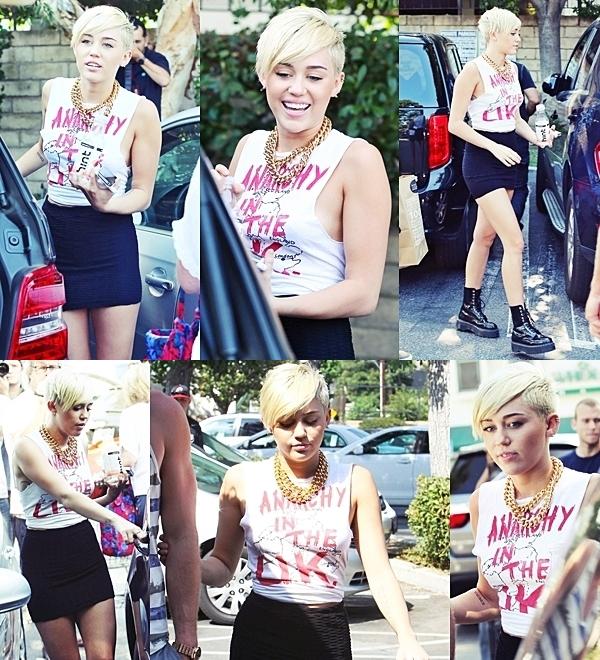 Le 14 Septembre 2012 •  Miley et Cheyne arrivent au studio d'enregistrement à Los Angeles.
