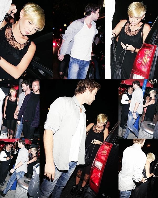 Le 21 Septembre 2012 • Miley, sur le chemin de  iHeartRadio festival, avait l'air heureuse  à l'aéroport Bob Hope de Burbank (  Californie)  Elle était accompagnée deVijat Mohindra et Chris McMillan .