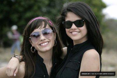 be2c98a22d Demi Lovato et Selena Gomez avec leurs lunettes de Soleil - Blog de ...