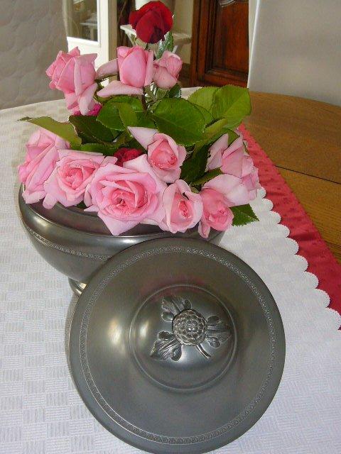 Bon et Heureux anniversaire Rlyne.......De gros bisous remplies d'Amitié......Que ce bouquet du jardin embaume ta journée