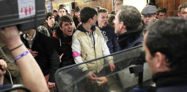 Mariage homo : gauche et droite s'accusent de radicaliser le débat