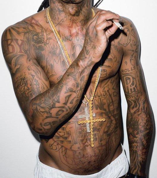 Comme vous avez pu le voir à travers de nombreuses photos de Lil Wayne, celui-ci a des tatouages partout sur le corps. En attendant des news, je vais vous faire découvrir la signification de certains de ces tatouages...