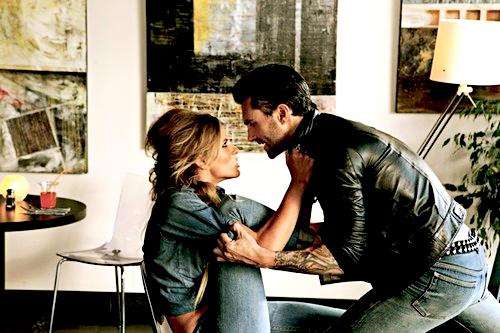 *  « Laisse moi t'aimer, mais ne m'aime pas en retour. Aime-moi et laisse moi te haïr quelquefois. Laisse-moi l'illusion de contrôler les choses, parce que je sais bien que tout m'échappe. » *