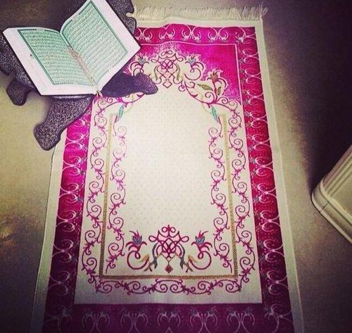 Un tapis de prière des sourates réciter, une remise en question et des larmes de regrets.