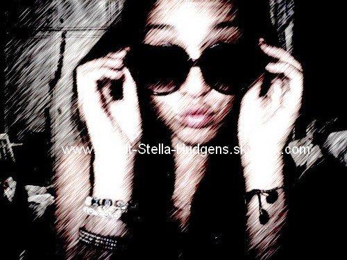 _  Nouvelle photo de profil de Stella qu'elle à poster sur son Twitter!_