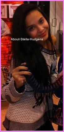 Pictures time. Après 5 jours sans nouvelles de Stella, une photo d'elle vient d'appraîtrre sur le net, sans doute dans un magasin avec je ne sais quoi dans les mains !
