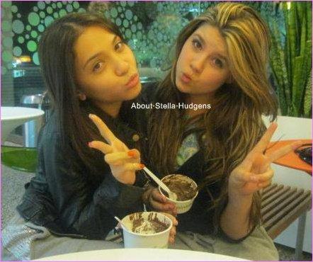 Pictures time.Stella & Casandra, avec une glace à la main au PinkBerry.. Mouais, elles en sont déjà au 'je mange des glaces' ?!
