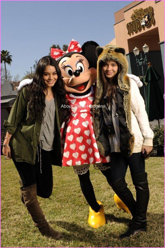 """Pictures time.Stella est bien, comme le disait une rumeur, en Caroline du Nord avec sa soeur. La preuve: une photo de sa soeur & elle, à Disneyworld. Sa tenue à l'air d'être un top. :) Euh, pourquoi elle met sa grosse moumoutte alors qui à du soleil ? >.<  """" I am INLOVE with disneyworld!! So much fun here:) """" Je suis heureuse à Disneyworld!! Trop marrant ici:)"""