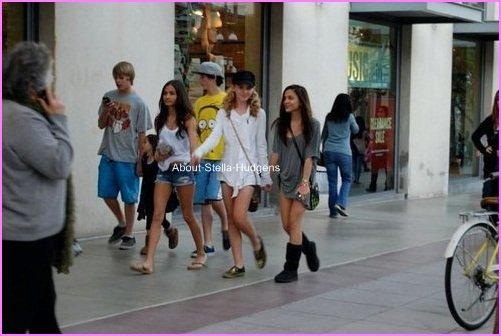 Pictures time.Stella, Kathryn, Pia, Cameron & Jesse se promenant dans les rues de L.A surement en plein shopping. :)