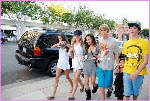Pictures time.Une nouvelle photo de Stella & ses amis se promenant dans la rue, datant de ce même jour. :)