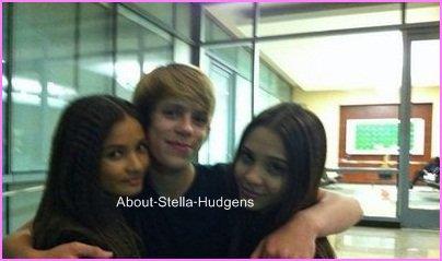 Pictures time.Stella & ses ami(e)s, toujours dans les rues de Los Angeles... Ouais beh si vous voulez mon avis, c'est pas des passants qui ont pris ses photos !