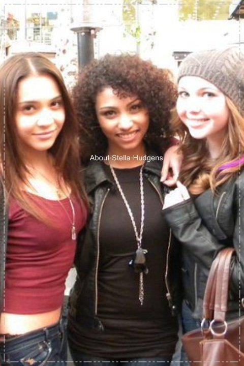 . Stella, Sammi & une amie de sortie dans L.A :). C'est moi où on voit le slip (string ?!) de Stella sur la photo ? ... .