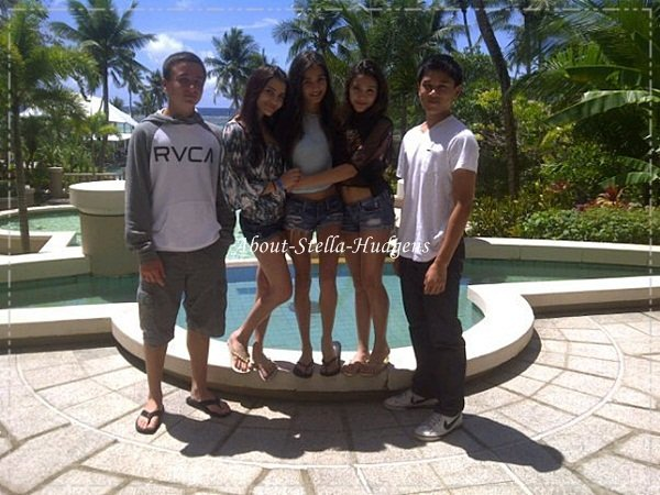 .Nouvelles photos de Stella & Pia en vacances, elles seraient en Guam. La tenue de Stella est pour moi, un top. :).
