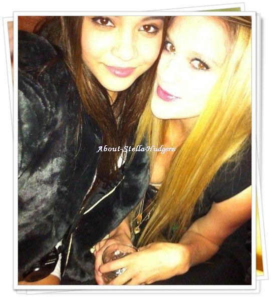 . Photo Personnelle de Stella et une amie.. & une photo datant de 2009 à Vegas de Stella et sa famille dont sa mère. .