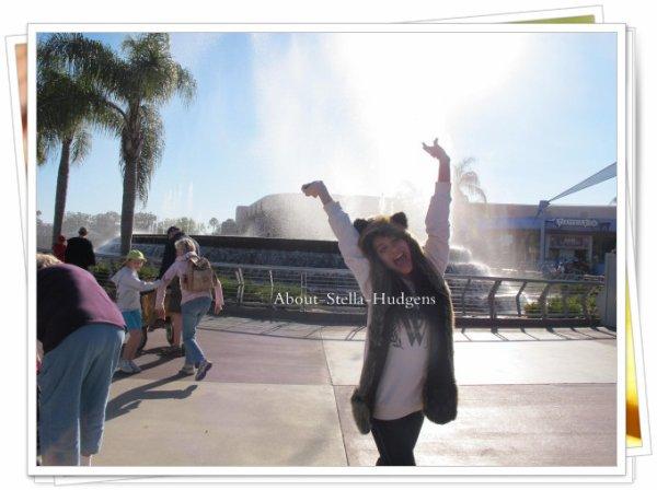 """. """" Photo quand nous avons été à DisneyWorlds :) Photo prise : @vanessahudgens ;) ahahhah """" .  Photo datant de ce même jour"""