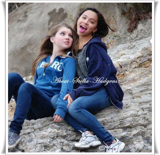 """. Bonjour, je m'appelle Stella Hudgens, ma soeur c'est la célébre Vanessa Hudgens, Ashley Tisdale me dis """" Je t'aime """" & sinon, je traîne avec Cody Simpson. Garde la pêche ! ;)"""