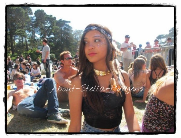 Stella a posté deux photos d'elle sur son Twitter. + le 16 août Stella a été vue avec sa soeur à Los Angeles.